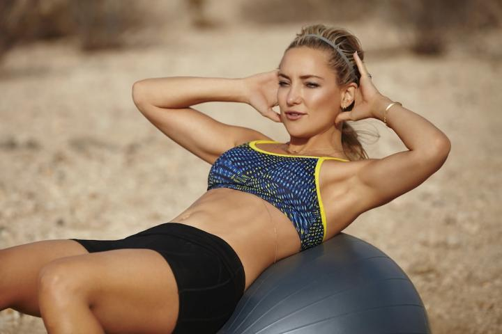 Kate Hudson Doing Crunches
